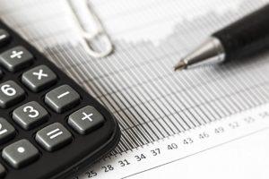 Calculatrice et tableau de chiffre comptable.